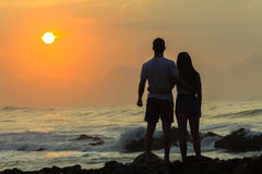 Океан восхода солнца пляжа девушки Silhouetted мальчиком Стоковая Фотография RF
