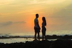 Океан восхода солнца пляжа девушки Silhouetted мальчиком Стоковые Фото