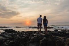 Океан восхода солнца пляжа девушки Silhouetted мальчиком Стоковое Изображение