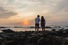Океан восхода солнца пляжа девушки Silhouetted мальчиком Стоковые Изображения RF