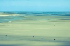 Океан во время отлива под голубым облачным небом, на Святом Мишели Mont стоковая фотография rf