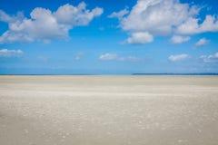Океан во время отлива под голубым облачным небом, на Святом Мишели Mont стоковое изображение rf