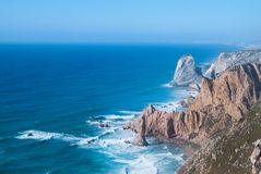 Океан встречает скалы накидки Roca в Sintra - самого западного размера Cabo da Roca материка Португалии и Европы Стоковое Изображение RF