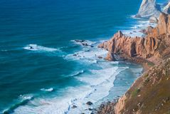 Океан встречает скалы накидки Roca в Sintra - самого западного размера Cabo da Roca материка Португалии и Европы Стоковые Фото