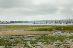 Океан малой воды Бреста, Франции 28-ое мая 2018 и яхта Стоковые Фото