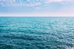 Океан моря и предпосылка голубого неба с Cloudscape в лете ВПТ Стоковое Фото