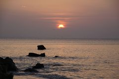океан над восходом солнца атласа над красивейшими облаками птиц цветы раньше летают море подъемов отражения природы утра золота п стоковые фото