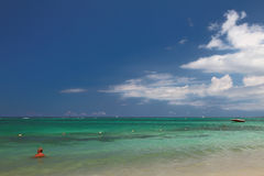 Океан, небо и облака Trou вспомогательное Biches, Маврикий Стоковые Изображения RF