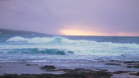 Океан перед штормом на заходе солнца Стоковое Фото