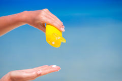 Океан предпосылки бутылки suncream крупного плана голубой и Стоковые Фото