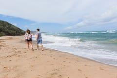Океан пляжа друзей девушки идя Стоковые Фото