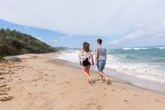 Океан пляжа друзей девушки идя Стоковые Фотографии RF