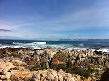 Океан скалистого пляжа обозревая стоковое изображение