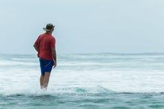 Океан стены бассейна пляжа человека наблюдая Стоковая Фотография RF