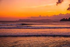 Океан с волнами и заход солнца с облаками Океан с цветами захода солнца Стоковые Фотографии RF