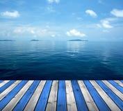 Океан с полом неба и древесины стоковые фото