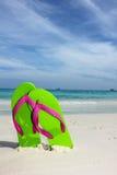 океан flipflops пляжа песочный стоковая фотография rf