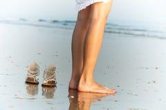 океан s ног обувает женщину Стоковое Изображение