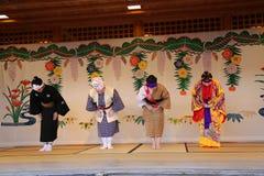ОКИНАВА - 8-ОЕ ОКТЯБРЯ: Танец Ryukyu в замке в Окинаве, Японии Shuri 8-ого октября 2016 Стоковые Изображения RF