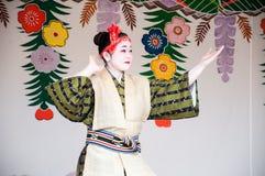 Окинава, Япония - 10-ое марта 2013: Неопознанный женский танцор в Стоковые Фотографии RF