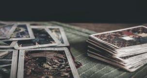Оккультная мистическая палуба tarot и старые карты tarot кладя на таблицу для волшебного языческого ритуального психического чтен сток-видео