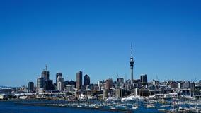 Окленд и гавань от моста гавани Окленда, Новая Зеландия стоковые изображения rf