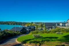 ОКЛЕНД, НОВАЯ ЗЕЛАНДИЯ 12-ОЕ МАЯ 2017: Шикарный городок в острове Waiheke, туристах наслаждаясь взглядом от магазинов к Стоковые Изображения