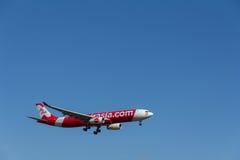 ОКЛЕНД, NZ - 30-ОЕ ЯНВАРЯ: Самолет Air Asia приходя в землю на авиапорте 30-ое января 2017 Окленда Стоковые Изображения RF