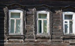 3 окна в старом деревянном доме России деревни Стоковое фото RF
