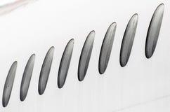 Окна иллюминатора погоды самолета влажной в падениях воды, конце-вверх дождя Стоковая Фотография