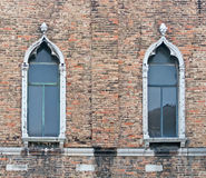 Окна и кирпичная стена Ols Стоковая Фотография RF