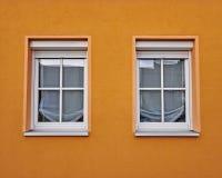 2 окна и красочной оранжевой стена Стоковые Изображения RF
