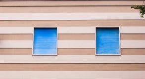 2 окна и линии стена bicolors стоковая фотография rf