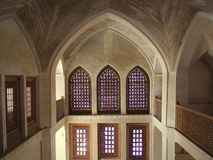 Окна и террасы космоса свода внутри дворца Kashan стоковое фото