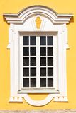 Окна красивой архитектуры белые с декоративной рамкой стоковая фотография
