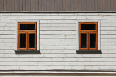 2 окна на белой деревянной стене Стоковое Изображение