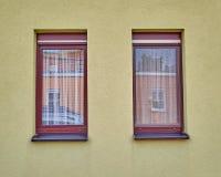2 окна на красочной стене Стоковое Фото