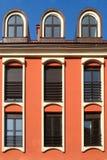 3 окна на оранжевой стене Стоковые Изображения RF