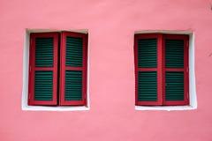 2 окна на розовой стене Стоковая Фотография
