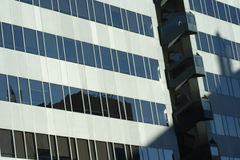 окна небоскреба стоковое изображение