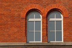 окна окруженные кирпичом стоковая фотография