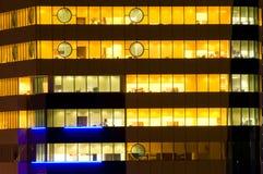 окна офиса ночи стоковое фото