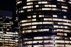 Окна офисных зданий Парижа на ноче в финансовом районе Стоковые Фотографии RF
