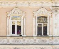 Окна старинного здания, части фасада Стоковые Изображения