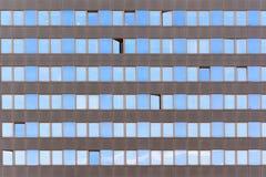 Окна текстуры на многоэтажном здании Стоковые Фото
