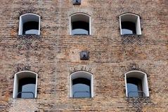окна фасада здания старые Стоковая Фотография