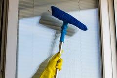 Окна чистки в желтых перчатках Стоковые Фото