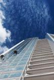 Окна чистки работника на высоте Стоковые Фотографии RF