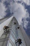 Окна чистки работника на высоте Стоковые Изображения RF
