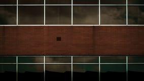 Окна ` s кирпичного здания при небо отражая  стоковые изображения rf